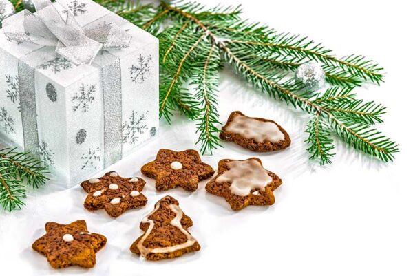 Paquet cadeau, branche de sapin et biscuits de Noël
